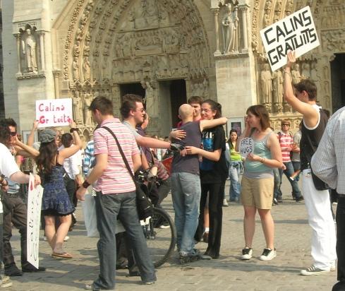 'FREE_HUGS',_Notre_Dame_de_Paris