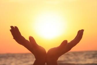 Girl-Holding-the-Sun-Sunrise__32633-480x320