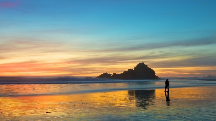 beach-couple-sea-walking-sunset-love