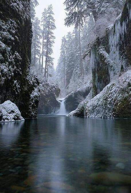 punchbowl-falls-oregon-frozen-winter-snow-water