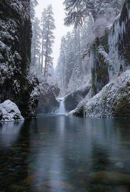 punchbowl-falls-oregon-frozen-winter-snow-water
